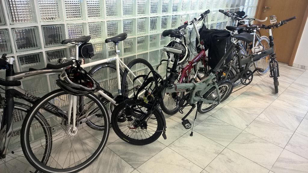 7 ou 8 bicicletas estacionadas dentro da Lambda3