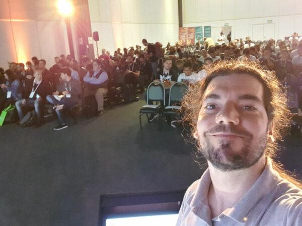 Giovanni Bassi virado para o público no Ignite the tour São Paulo 2019