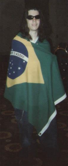 """Giovanni """"vestido"""" com a bandeira do Brasil."""