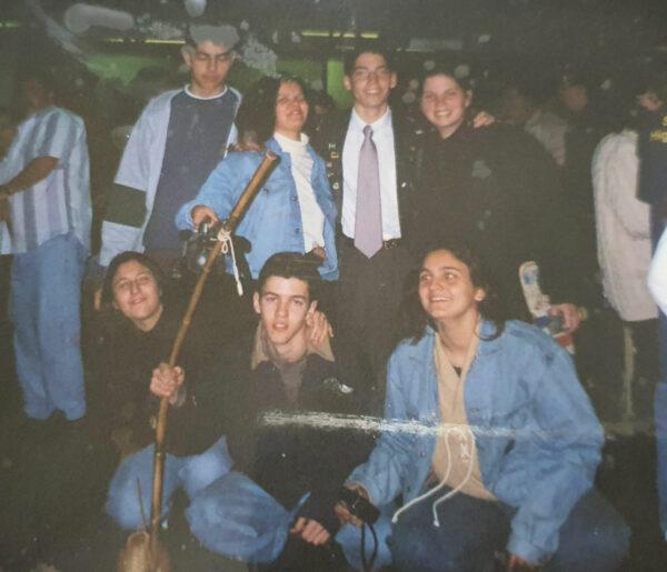 Giovanni com os amigos no aeroporto, de saida para os EUA