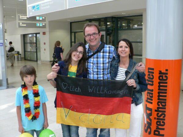 Victoria segurando a bandeira da Alemanha antes de viajar